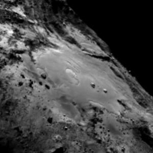 صورة منطقة إمحوتب على سطح المذنب 67P/C-G بتاريخ 13 يونيو/حزيران 2015.  المصدر: ESA/Rosetta/MPS for OSIRIS Team MPS/UPD/LAM/IAA/SSO/INTA/UPM/DASP/IDA