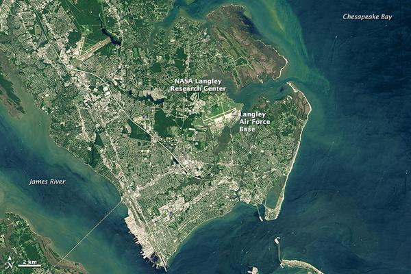 يحاط مركز لانغلي للأبحاث بالمياه، وهو يقع في منطقة لا تزال ساكنة بشكل طبيعي منذ العصر الجليدي الأخير. (صورة المرصد الأرضي التابع لوكالة ناسا بواسطة جوشوا ستيفينز Joshua Stevens، وذلك باستخدام بيانات لاندسات من منظمة المسح الجيولوجي الأميركية).
