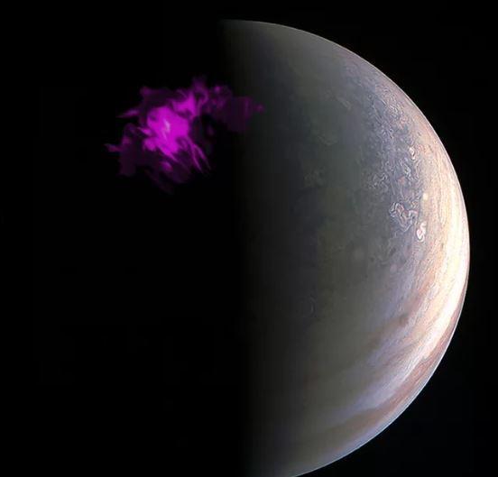 ما زال شفق كوكب المشتري يثير دهشة وحيرة العلماء، وهذه الصورة تجمع ملاحظات الكوكب الغازيّ العملاق من مراصدَ عدّةٍ، لإعطاء نظرةٍ متماسكةٍ من أعلى قمم غيوم الكوكب المعقّدة، فضلًا عن أضواء الكوكب الشماليّة والجنوبيّة. المصدر: X-ray: NASA/CXC/UCL/W.Dunn et al, Optical: South Pole: NASA/JPL-Caltech/SwRI/MSSS /Gerald Eichstädt /Seán Doran; North Pole: NASA/JPL-Caltech/SwRI/MSSS