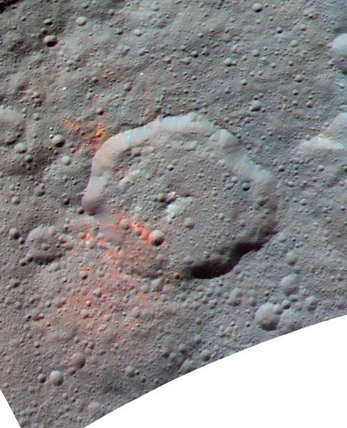 ﺻﻮﺭﺓ ﻣﺤﺴﻨﺔ ﻭﻣﺮﻛﺒﺔ، ﺍُﻧﺘﺠﺖ ﻣﻦ ﺑﻴﺎﻧﺎﺕ ﺗﺄﻃﻴﺮ ﻛﺎﻣﻴﺮﺍ ﻣﺮﻛﺒﺔ ﺩﻭﻥ ﺍﻟﻔﻀﺎﺋﻴﺔ ﺍﻟﺘﺎﺑﻌﺔ ﻟﻨﺎﺳﺎ، ﻭﺗﻈﻬﺮ ﻓﻴﻬﺎ ﺍﻟﻤﻨﻄﻘﺔ ﺍﻟﻤﺤﻴﻄﺔ ﺑﻔﻮﻫﺔ إرنوتيت Ernutet. ﻭﺗﺒﺪﻭ ﺍلأﺟﺰﺍﺀ ﺍﻟﺤﻤﺮﺍﺀ ﺍﻟﺰﺍﻫﻴﺔ ﺃﻛﺜﺮ ﺍﺣﻤﺮﺍﺭًﺍ ﺑﺎﻟﻤﻘﺎﺭﻧﺔ ﻣﻊ أﺟﺰﺍء ﺍﻟﺼﻮﺭﺓ ﺍﻷﺧﺮﻯ  ﺣﻘﻮﻕ ﺍﻟﺼﻮﺭﺓ : NASA/JPL-Caltech/UCLA/MPS/DLR/IDA