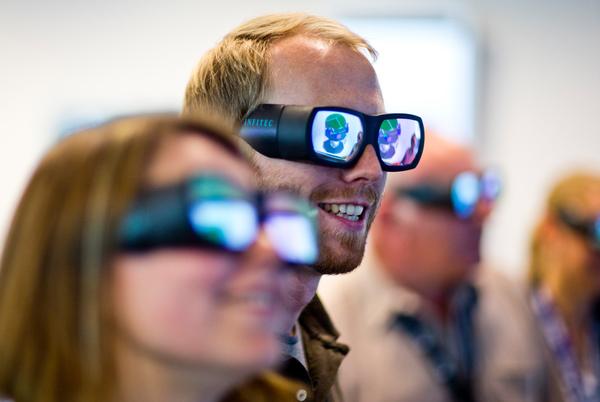 """هذا النظام ثلاثي الأبعاد هو واحد من عدد من الأدوات الشبكية الفنية في مرفق التصميم المتزامن (CDF) في المركز الأوروبي لأبحاث وتكنولوجيا الفضاء (ESTEC) التابع لوكالة الفضاء الأوروبية ESA في نوردويك بهولندا. تسمح شبكة CDF الحاسوبية، وأجهزة الوسائط المتعددة وأدوات البرمجيات للخبراء من التخصصات الهندسية المختلفة بالعمل معاً وبتنسيقٍ عالٍ في نفس الزمان والمكان لإكمال أكثر التصاميم التي يمكن تخيّلها تعقيدًا، ويجري الأمر في غضون أسابيع قليلة بدلاً من عدة أشهر. يعمل CDF على تحقيق """"الهندسة المتزامنة"""" على أساس العمل الجماعي ويُركّز على نموذج تصميم مشترك يتطور بشكل متكرر في الوقت الحقيقي، ويظهر ذلك في مساهمة خبراء النظام الفرعي. لقد ثبت هذا النهج على مدى 15 عاما من عمل CDF، مما يساعد على إلهام طرقٍ جديدة للعمل في صناعات أوروبا التكنولوجية."""