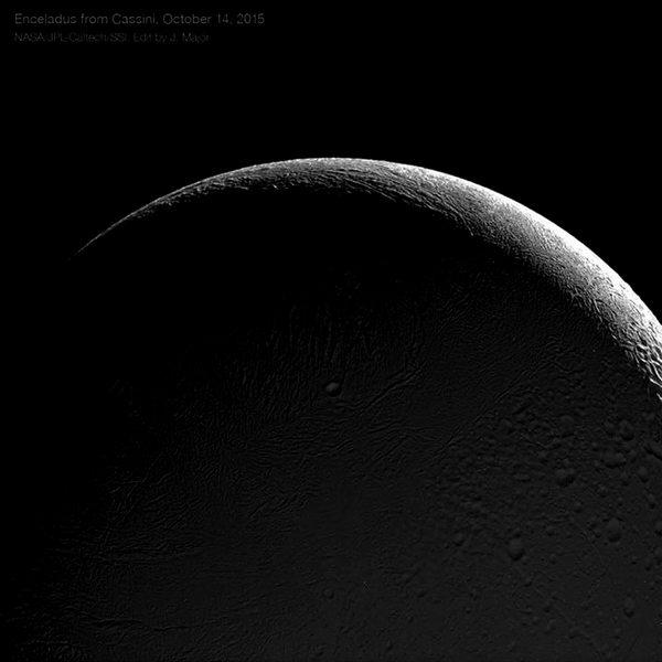 مشهد رائع للجانب الليلي من إنسيلادوس وهو في طور الهلال، يُضيؤه النور القادم من زحل أثناء شروقه. التُقطت هذه الصورة بواسطة مركبة كاسيني أثناء تحليقها القريب من القمر في 14 أكتوبر/تشرين الأول 2015. يُمكن رؤية فوهة باهمان Bahman البالغ عرضها 6.5 أميال بالقرب من مركز الصورة.
