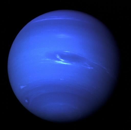 أعطت المركبة الفضائية فوياجر 2 التابعة لناسا أول لقطة لنبتون وقمره تريتون عام 1989، وقد نتجت صورة نبتون المُلتقطة في آب/أغسطس 2014 عن صور الكوكب الكاملة والأخيرة التي التُقِطت من خلال المرشحات الخضراء والبرتقالية لكاميرا فوياجر 2 ذات الزاوية الضيقة.