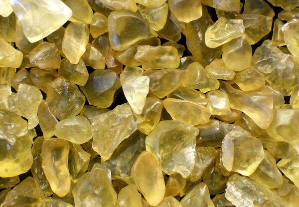 صورة توضح اصطدام نيزكٍ قديمٍ أدى إلى إذابة الرمال وتحويلها إلى زجاجٍ في الصحراء الليبية. (حقوق الصورة: Shutterstock)