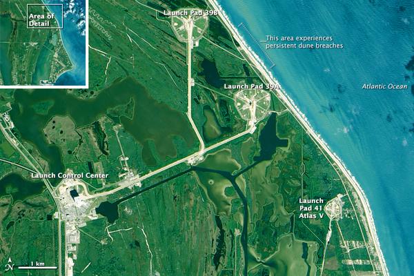 لا تعد الأمواج المتكسرة والشواطئ الرملية بعيدة عن منصات الإطلاق في مركز كينيدي للفضاء، المسافة التي تفصل بينهما تتقلص كل عام. (صورة المرصد الأرضي التابع لوكالة ناسا بواسطة جوشوا ستيفينز Joshua Stevens، وذلك باستخدام بيانات [2]لاندسات من منظمة المسح الجيولوجي الأميركية