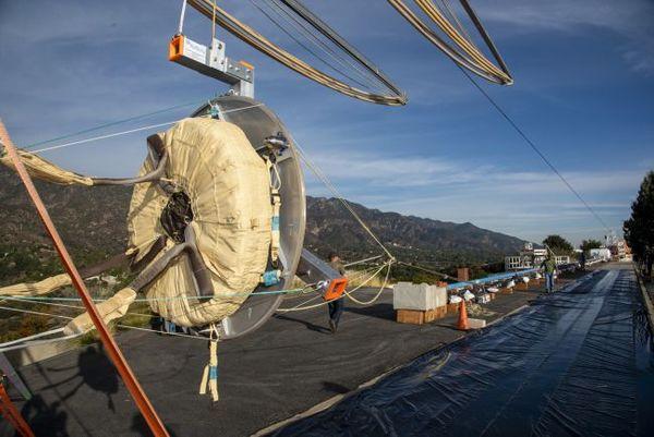 نظرة عن قرب لحقيبة مظلة بداخلها واحدة من مظلتي الاختبار لمهمة إكسومارس باستعمال رافعة تابعة لناسا تعمل بالهواء المضغوط. تظهر الصورة التعديل الجديد لحقيبة المظلة، والتي تقوم بإلقاء المظلة من المركز إلى الخارج بينما تفتح المظلة مثل البتلة. (المصدر: ناسا/ JPL-Caltech)