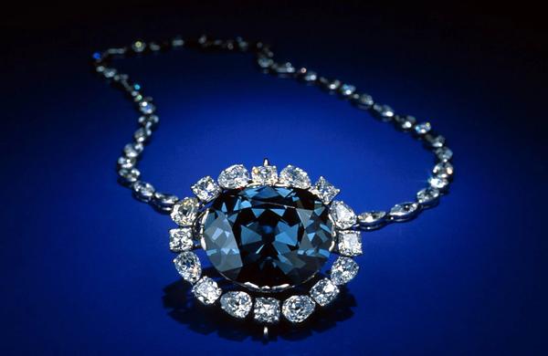إنها أيقونة الأمل (هوب دايموند) واحدة من أشهر وأثمن الجواهر في العالم، ذات النموذج IIb الأزرق الذي يجعلها واحدة من الماسات الأكثر ندرةً وعُمقاً على الإطلاق. حقوق الصورة: نيافة متحف سميثسونيان الوطني لتاريخ الطبيعة Smithsonian National Museum of Natural History، أندر الصخور على الأرض.