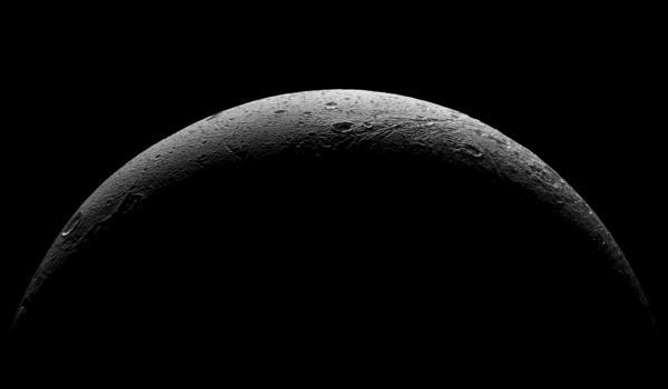 التقطتْ مركبة الفضاء كاسيني التابعة لوكالة ناسا هذا المنظر الفاصل الذي يبين الهلال الخشن الجليدي للقمر ديوني التابع لزحل وذلك خلال التحليق الأخير القريب من القمر في 17 أغسطس/آب 2015. Credit: NASA / JPL-معهد كاليفورنيا للتكنولوجيا / معهد علوم الفضاء