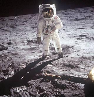 باز ألدرين Buzz Aldrin كان أحد رواد الفضاء (إلى جانب أرمسترونج وكولينز) في أول مهمةٍ بشريةٍ للهبوط على سطح القمر. حقوق الصورة NASA