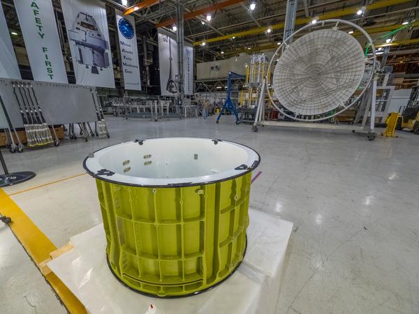 تُظهر هذه الصورة قطعاً من المركبة الفضائية أوريون، التي سوف تُحلق في الفضاء ضمن بعثة الاستكشافEM-1 . يتم حالياً إعداد هذه القطع لعمليات اللحام في مُنشأة ميشود للتجميع (Michoud Assembly Facility) التابعة لناسا في نيو أورليانز.
