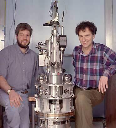 على الشمال ستيف مركويتز Steve Merkowitzz ، وعلى اليمين جنز جاندلاش Jens Gundlach مع جهاز كافنديش المتطور في جامعة واشنطن. المصدر : Mary Levin, University of Washington