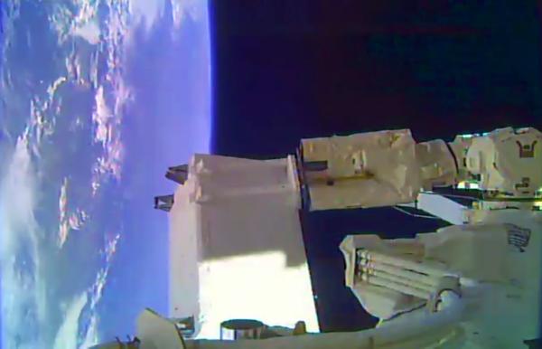 المراجعة: تُظهر الصورة جهاز الكشف ISS-CREAM مُرفقاً بذراع روبوتية تابعة لمحطة الفضاء الدولية، خلال مهمة تركيب التجربة يوم 21 آب/ أغسطس. مصدر الصورة: ناسا