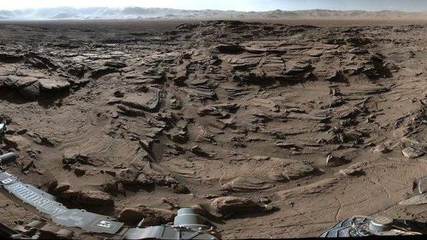 هذه الصورة من المركبة الجوالة كيوريوسيتي Curiosity وتُظهِر بيئة جافة حول فوهة غايل. المصدر: ناسا / مختبر الدفع النفاث في كالتيك JPL-Caltech / مالين لأنظمة علوم الفضاء MSSS