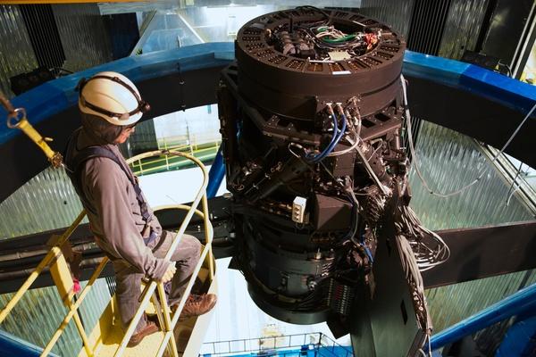 كاميرا Hyper Suprime-Cam عند البؤرة المركزية لتلسكوب سوبارو (Subaru Telescope). مصدر الصورة: NAOJ/مشروع HSC