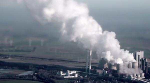 ينتج عن الوقود الأحفوري بخار الماء وغاز ثنائي أكسيد الكربون بالإضافة إلى انبعاثات ضارة أخرى