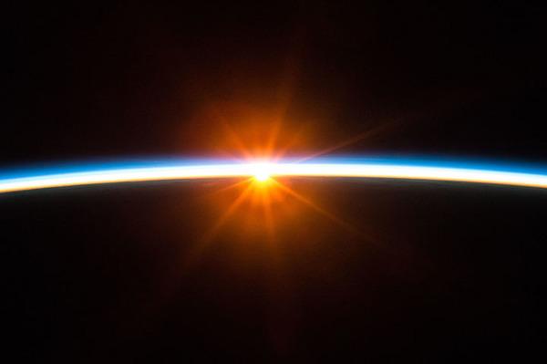 التقط سكوت كيلي هذه الصورة الرائعة وهي تظهر شروق الشمس كما يرى من محطة الفضاء الدولية.   المصدر: NASA
