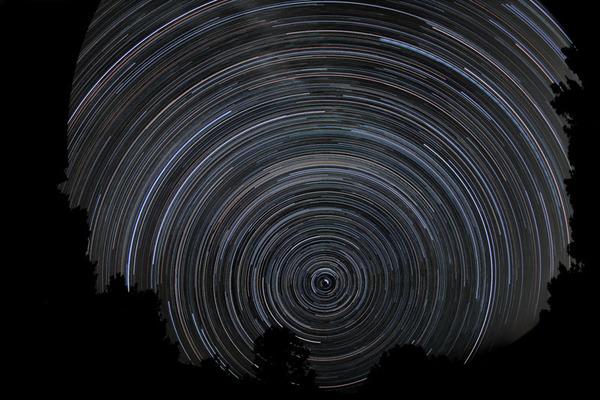 السماء ليلاً، تُظهر الصورة ما مقداره 6 ساعات من الدوران باستخدام التعرض الطويل. ملكية الصورة: Chris Schur