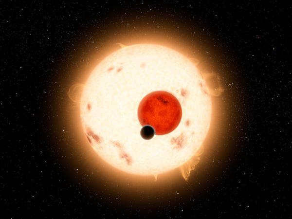 اكتشفت مهمة كيبلر عالماً حيث تغرب شمسين في الأفق بدلاً من واحدة. ويعتبر الكوكب، الذي يدعى Kepler-16b، هو أكثر كوكب شبيه بتاتويني وجد حتى الآن في مجرتنا. تاتويني هو اسم وطن لوك سكاي واكر Luke Skywalker في فيلم الخيال العلمي، حرب النجوم. ولكن في هذه الحالة، لا يعتقد بأن الكوكب قابل للسكن. إنه عالم بارد، بسطح غازي، ولكنه يدور حول نجمين مثل تاتويني تماماً.