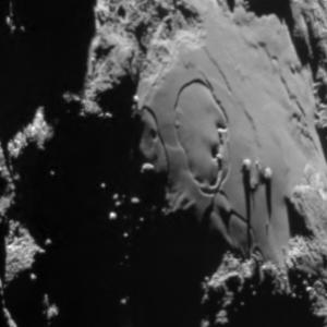 صورة منطقة إمحوتب على سطح المذنب 67P/C-G بتاريخ 1 يوليو/تموز 2015.  المصدر: ESA/Rosetta/MPS for OSIRIS Team MPS/UPD/LAM/IAA/SSO/INTA/UPM/DASP/IDA