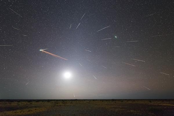 """صووووووووورررررررةةةةةةة  هطول شهب إيتا الدلو عام 2013 كما شوهد من نصف الكرة الأرضية الجنوبي، قام كولن ليغ من أستراليا بعمل هذه الصورة المركبة بناءً على تجربته وكتب: """"هذا التركيب نتج عما يقارب 50 صورةً تحوي 26 شهاباً وقطاراً شهبياً و 17% من القمر وضوءاً فلكياً وصحراء بيلبارا""""."""
