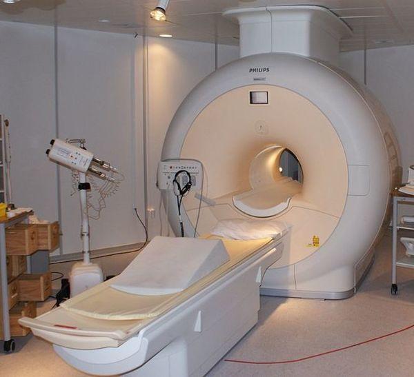 تُستخدم الموصلات الفائقة في جهاز التصوير بالرنين المغناطيسي الطبي. Credit: Jan Ainali, CC BY