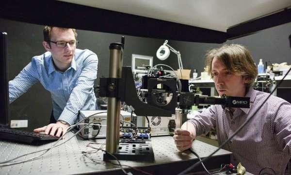 يعمل طالب الدراسات العليا ديفيد ليندل ومات أوتول Matt O'Toole وهو عالم ما بعد الدكتوراه، في المختبر. حقوق الصورة: L.A. Cicero