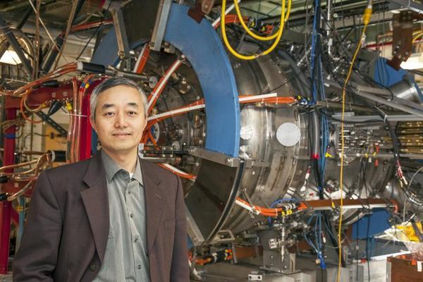 الفيزيائي من مختبر برينستون لفيزياء البلازما هانتو جي Hantao Ji، أمام تجربة إعادة الربط المغناطيسي. حقوق الصورة: Elle Starkman