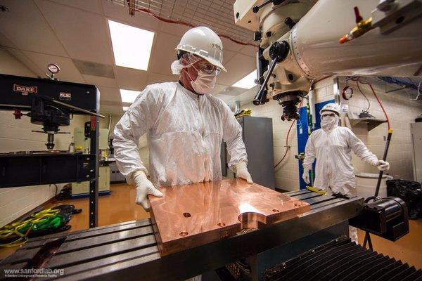 يعمل راندي هيوز Randy Hughes في متجر أجهزة تنظيف غرف الأبحاث الذي يقع على عمق ميل واحد تقريباً تحت الأرض. إنه يجهز جميع أجزاء النحاس لتجربة ماجورانا. حقوق الصورة: Matthew Kapust, Sanford Underground Research Facility, © South Dakota Science and Technology Authority