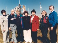 في هذه الصورة التي التقطت عام 1995، نرى عضوات مجموعة (FLAT) واللاتي يطلق عليهن أيضاً اسم ميركوري 13 (Mercury 13) خلال حضورهن إطلاق مكوك فضاء، زارت النساء مركز الفضاء بصفتهن ضيفاتٍ مدعواتٍ من قبل قائدة STS-63 إيلين كولينز، أول ربانة مكوكٍ فضائي، والتي أصبحت فيما بعد أول أنثى تشرف وتقود مكوكاً فضائياً. العضوات هن (من اليسار)، جين نورا جيسن Gene Nora Jessen، ووالي فانك Wally Funk، وجيري كوب، جيري تروهيل Jerri Truhill، وسارة روتلي Sarah Rutley، وميرتل كايغل Myrtle Cagle، وبيرينيس ستيدمان Bernice Steadman.   المصدر: NASA