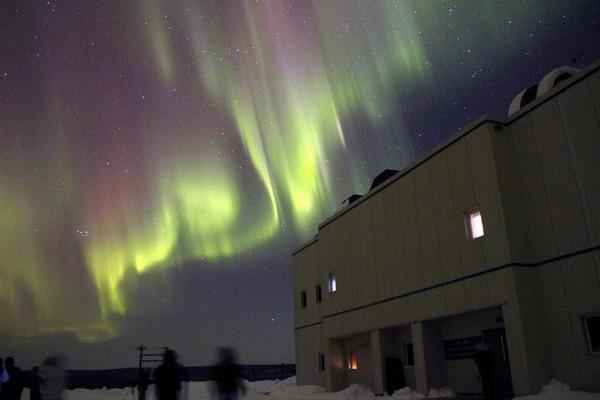 صورة لشفق قطبي كما تمت مشاهدته فوق منطقة الإطلاق بوكر فلات في شمال فيربانكس-ألاسكا، في 28 شباط 2011. المصدر:NOAA