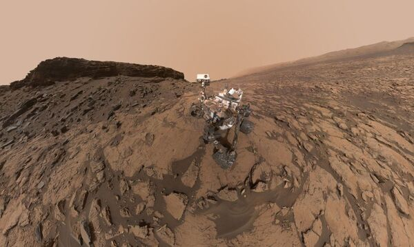 تظهر هذه الصورة الشخصية التي التقها متجول ناسا على المريخ في سبتمبر/أيلول 2016 موقع الحفر كويلا الواقع في منطقة موري بوتس الخلابة في الجزء السفلي من جبل شارب. وقد جُمِّعت الصورة الكاملة من عدة صور التقطتها كاميرة ماهلي MAHLI المعلقة في نهاية ذراع المتجول. (حقوق الصورة: NASA/JPL-Caltech/MSSS)