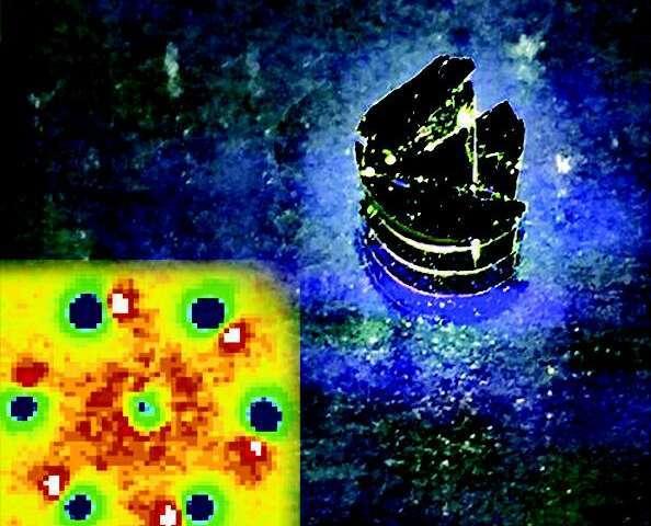 """الصورة على اليمين هي صورة موضِّحة لمادة تم تعريضها لنبضات ليزر. الصورة على اليسار هي صورة لمادة تُظهر تغيّرات بنائية طفيفة ناتجة عن ما يعرف """"بالإشابة الضوئية"""" (photo-doping). المصدر: جامعة ولاية ميشيغان، قسم الفيزياء والفلك. (Credit: MSU Department of Physics and Astronomy )"""