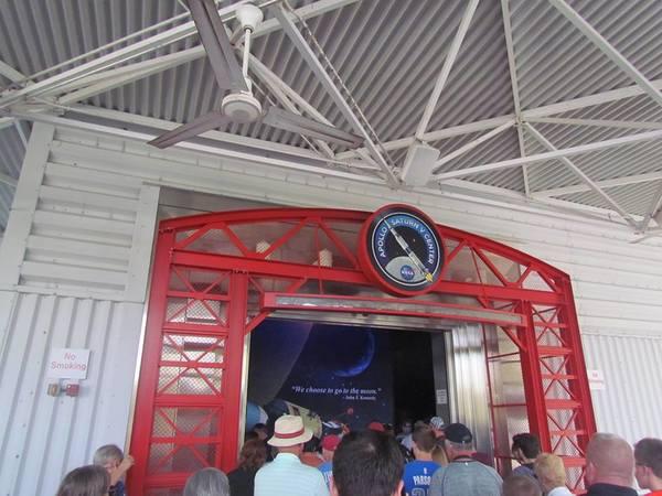 """مدخل مركز """"أبولو، ساترن الخامس"""" في مجمّع الزوار في مركز كينيدي للفضاء"""