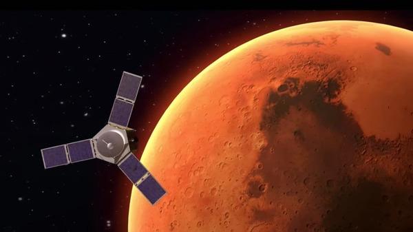 تصور فني لبعثة الإمارات العربية المتحدة المتجهة إلى المريخ و المسماة ب (Hope هوب أو أمل) و هي تدور حول الكوكب. وتعود حقوق الصورة إلى مركز محمد بن راشد لأبحاث الفضاء .