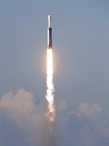 صورةٌ لانطلاق صاروخ فالكون الثقيل في أول رحلةٍ تجاريةٍ له وعلى متنه قمر اتصالات صناعي وذلك من منصة 39A في مركز كينيدي للفضاء في كيب كانافيرال، فلوريدا، يوم الخميس 11 أبريل/نيسان 2019.
