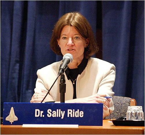 د. سالي رايد بأنها أول إمرأة أميركية وأصغر رواد الفضاء الأميركيين الذين سافروا إلى الفضاء