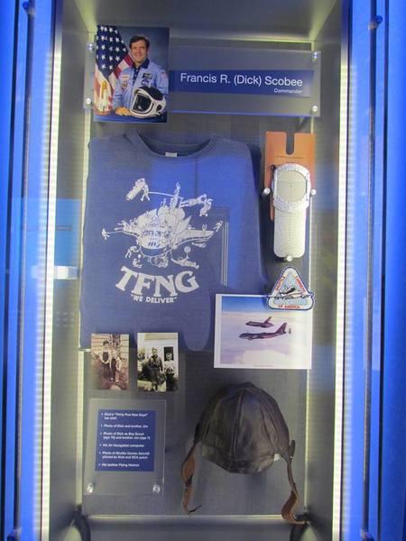 """بعض مقتنيات رائد الفضاء فرنسيس ريتشارد سكوبي Francis Richard Scobee"""" """" قائد المكوك تشالنجر في مهمته الأخيرة STS-51-L، وصورته في الأعلى"""