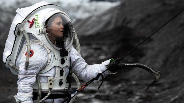 صعدت هيلجا كريستين على وجه أحد الأنهار الجليدية مرتديةً بدلة الفضاء التناظري المريخية. (حقوق الصورة: Dave Hodge/Unexplored Media)