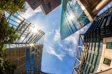 """في عالم مثالي، ستقودنا تكنولوجيا إنترنت الأشياء إلى تطوير مدنٍ ذكيةٍ تُصمّم بفاعليةٍ واستدامةٍ."""" حقوق الصورة: FRANCESSCORIZZATO/ISTOCKPHOTOS))."""