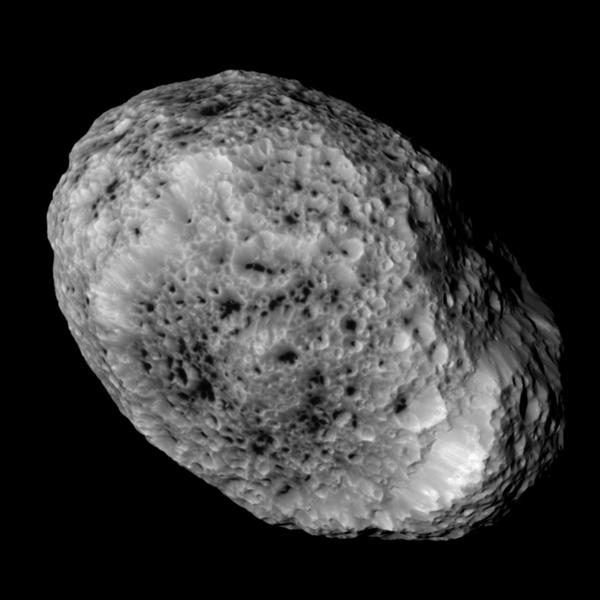 قام العلماء في مَهمّة كاسيني التابعة لناسا بمعالجة هذه الصورة لقمر زحل (هايبيريون)، حيث تم التقاطها أثناء التحليق بالقرب منه في 31 أيار- مايو 2015. المصدر: ناسا/مختبر الدفع النفاث-معهد كاليفورنيا للتقنية/معهد علوم الفضاء.