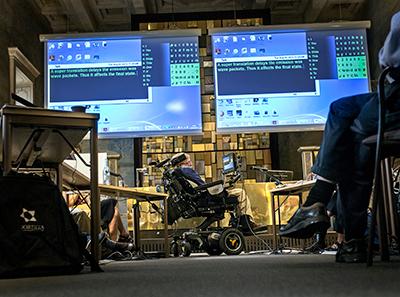 المشاركون في المؤتمر ينتظرون بينما يعد ستيفن هوكينج إجابة على أحد الأسئلة. (Photo, Håkan Lindgren)