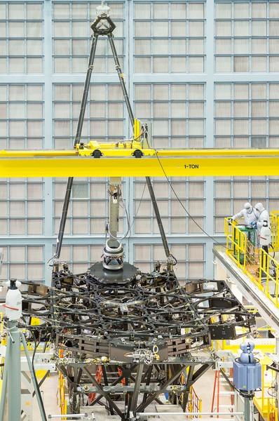 تمكّن فريق تلسكوب جيمس ويب الفضائي من تركيب المرآة الأولى المخصصة للرحلات الفضائية بنجاحٍ على هيكل التلسكوب، حيث أُنجِزت العملية في مركز غودارد لرحلات الفضاء في غرينبيلت بولاية ماريلاند. المصدر: NASA/Chris Gunn