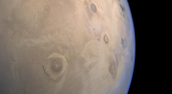 تظهر هذه الصورة المدهشة من منطقة ثارسيس Tharsis على المريخ، التي التقطتها مارس إكسبرس Mars Express، العديدَ من الحواجز البركانية البارزة بما في ذلك أوليمبوس مونس Olymbus Mons الضخمة (الموجودة على اليسار). وعندما كانت البراكين نشطة، كان بإمكانها إصدار كميات كبيرة من الميثان في الغلاف الجوي للمريخ. المصدر: ESA