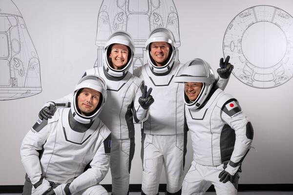 رائد الفضاء الفرنسي توماس بيسكيت Thomas Pesquet والأمريكان شين كيمبرو Shane Kimbrough وميجان ماك آرثر Megan McArthur والياباني أكيهيكو هوشيد Akihiko Hoshide . حقوق الصورة: سبيس إكس
