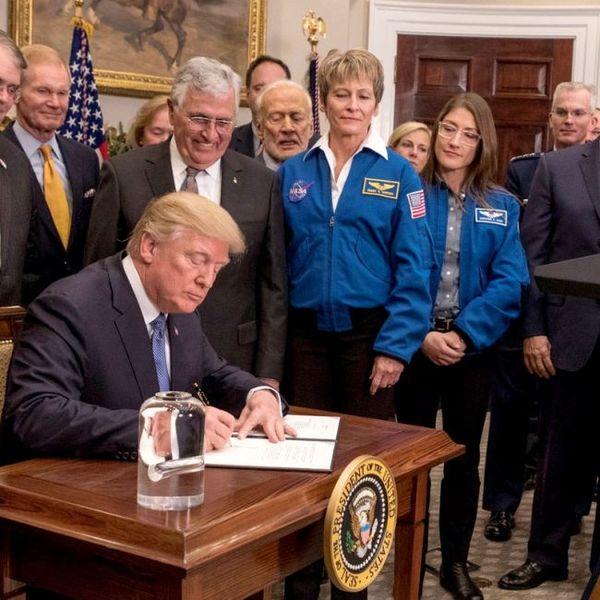 كريستينا كوك (على اليمين) مع بطلتها ومُرشدتها، بيجي ويتسون، خلال توقيع قانونٍ في البيت الأبيض في ديسمبر/كانون الأول 2017. حقوق الصورة: White House
