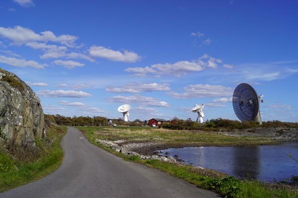 تلسكوب الـ 25 مترًا إلى جانبه التلسكوبان التوأم.