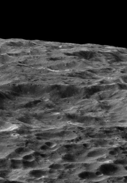 مركبة الفضاء كاسيني التابعة لوكالة ناسا تلقي نظرة عميقة على التضاريس المستديرة والمحفورة في هذه الصورة المائلة للقمر ديوني التابع لزحل. Credit: NASA / JPL-معهد كاليفورنيا للتكنولوجيا / معهد علوم الفضاء