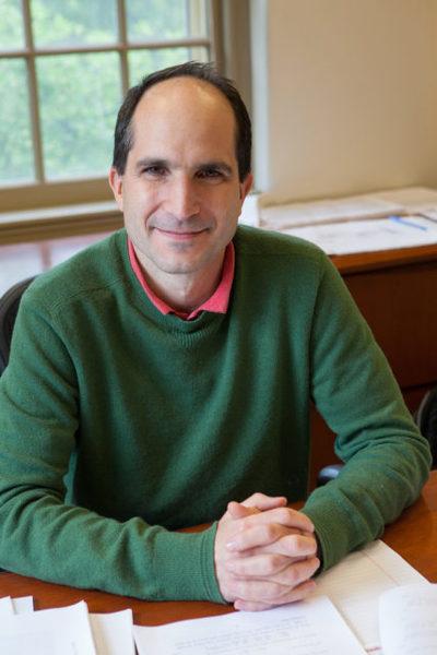 جون مالداسينا، الفيزيائي في معهد الدراسات المتقدمة، طور ما قد أصبح أحد أعظم نجاحات نظرية الأوتار. ملكية الصورة: Andrea Kane.