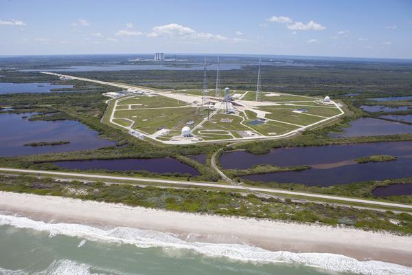 تظهر الصورة منصة الإطلاق 39B في مركز كينيدي، والتي كانت الموقع الذي انطلقت منه الكثير من بعثات أبولو وبرنامج مكوك الفضاء. وسيكون مستقبلا موقعًا لاقلاع أورايون Orion و[1] SLS   المصدر: NASA