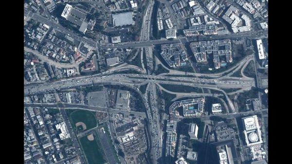 تقاطع إحدى الطرق السريعة في لوس أنجلوس في كاليفورنيا، في 28 يناير/كانون الثاني 2020.